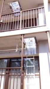避難ハッチからはしごを下したとこ。ひとつ上の階の避難ハッチも開けています。
