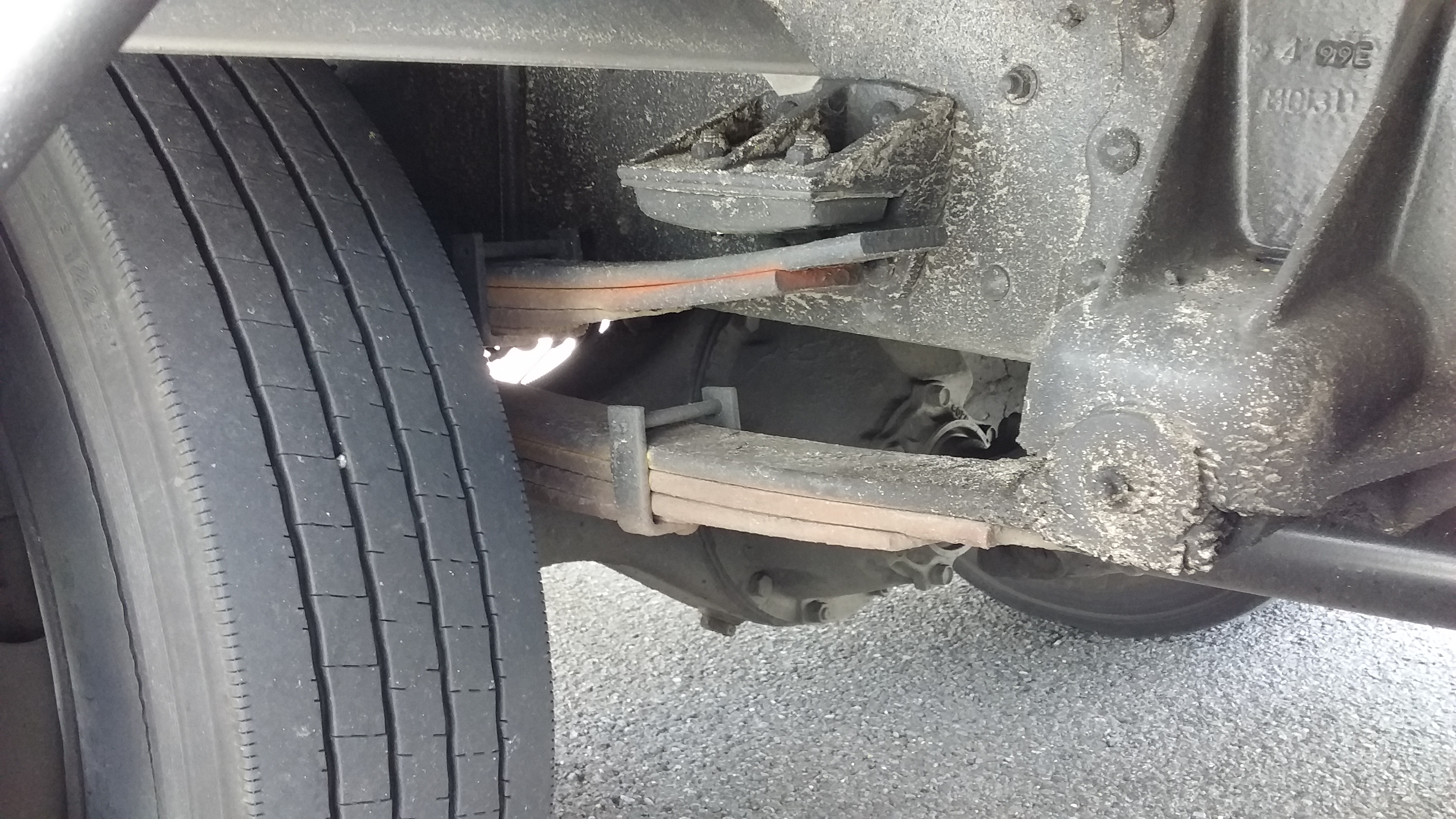タイヤの後ろ側の、2~3枚の鉄板が重なっているのが「板バネ」。