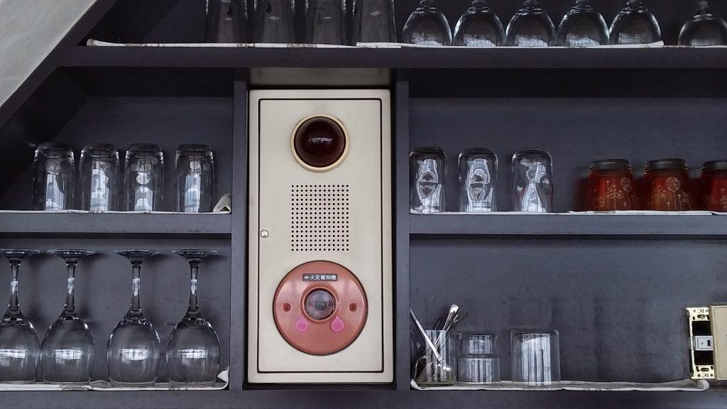 棚にキッチリと納まる発信機