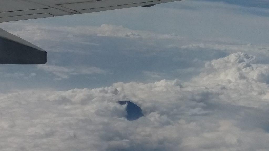 黒い富士山。温暖化の影響で、山頂に雪が残らないのだとか。