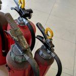 【よくある質問】消火器って、倒すと中身が出るんですよね?