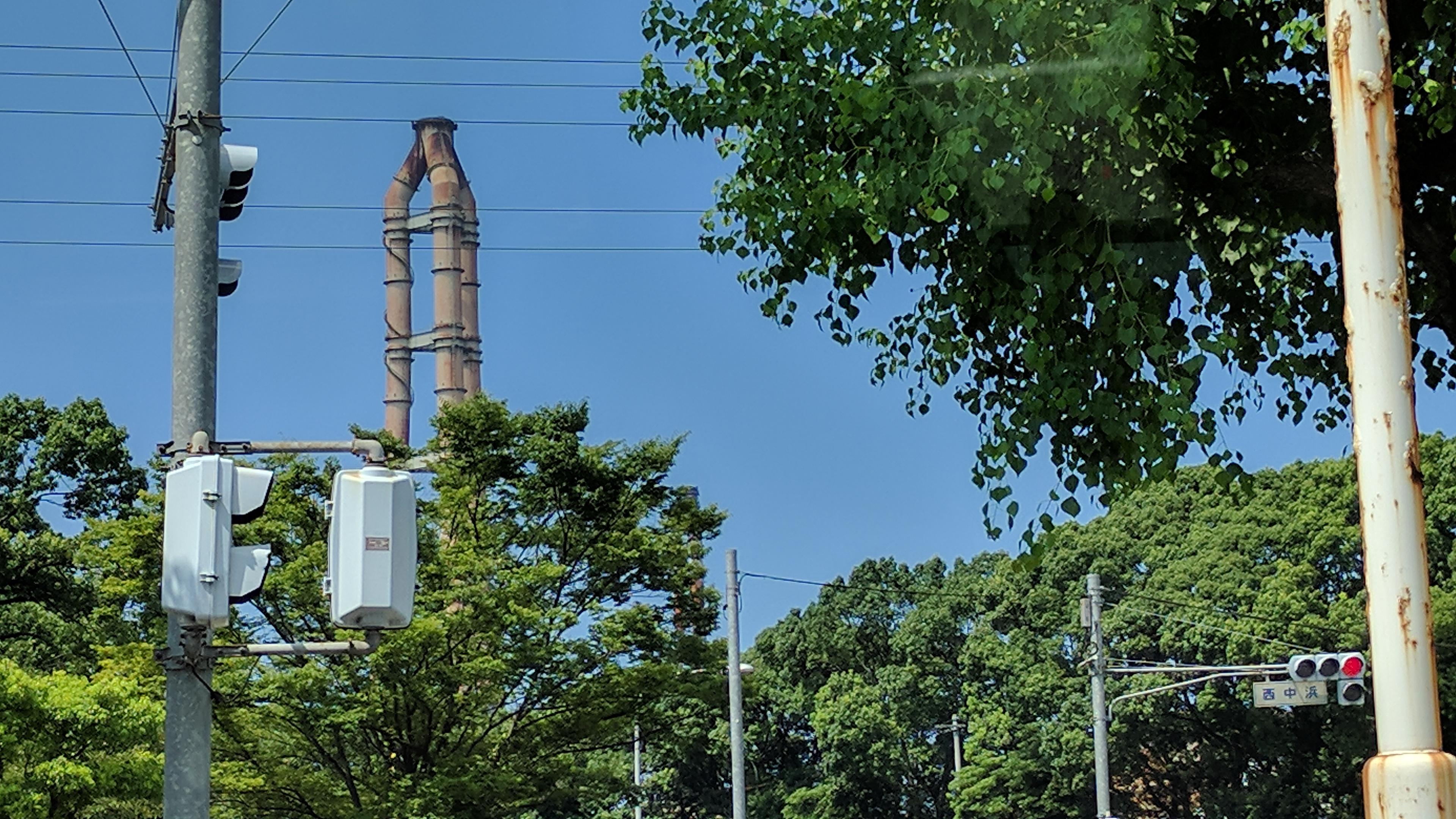 西中浜交差点から第二高炉煙突を望む