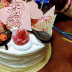 使い古したろうそくをツギハギして子どもの誕生日を祝う家族