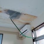 天井裏に「漏れた水を溜める水槽」を据え付ける謎の施工例