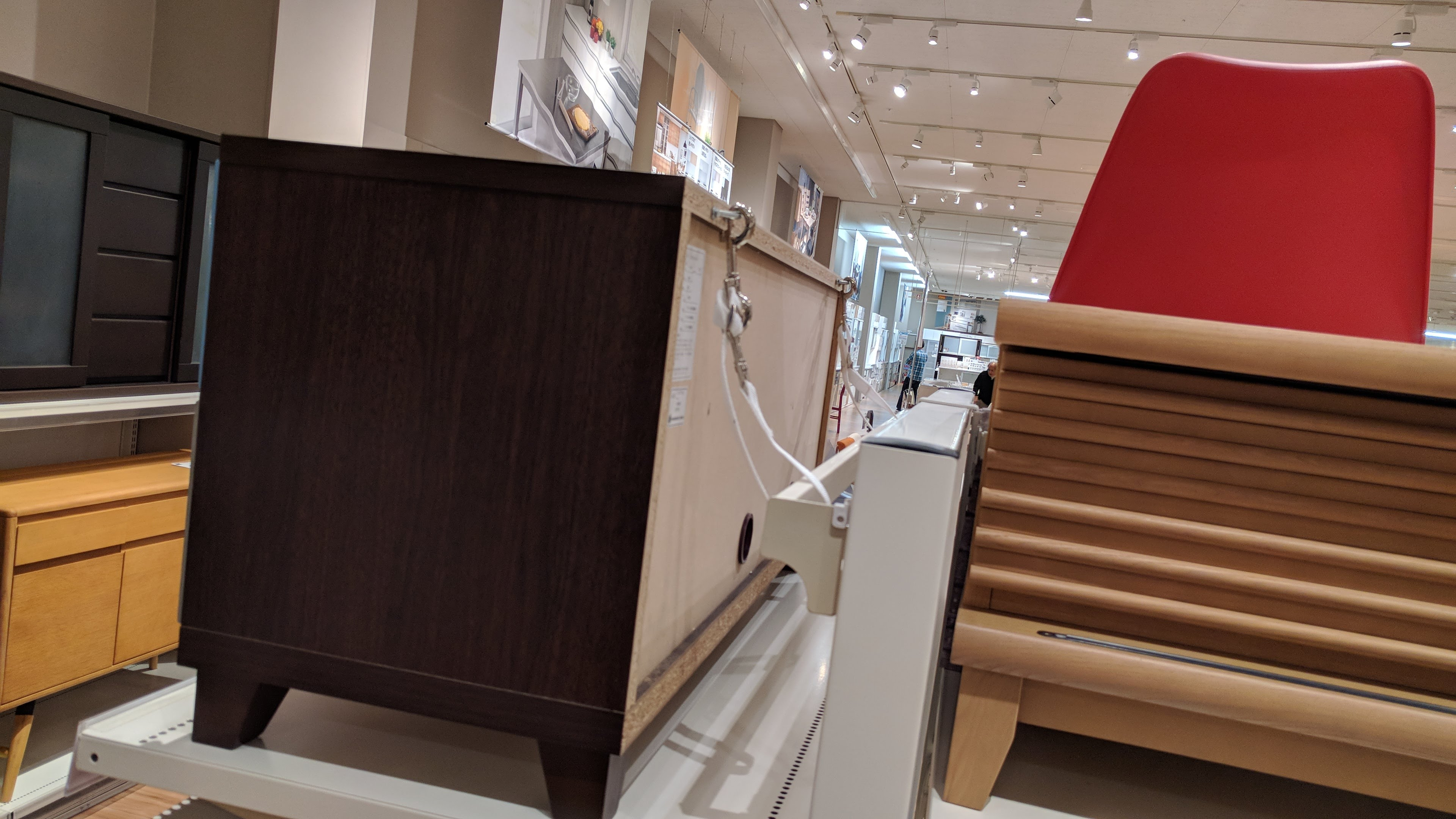 転倒防止ベルトで留められた家具店の商品